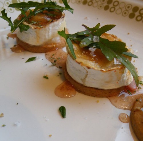Små Digestive med varm chèvre, rostad paprika och rosmarin